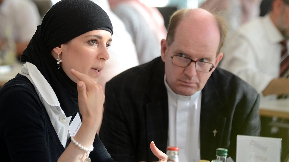 Angeregte Diskussion: Dina El Omari mit Pfarrer Ludger Kaulig.
