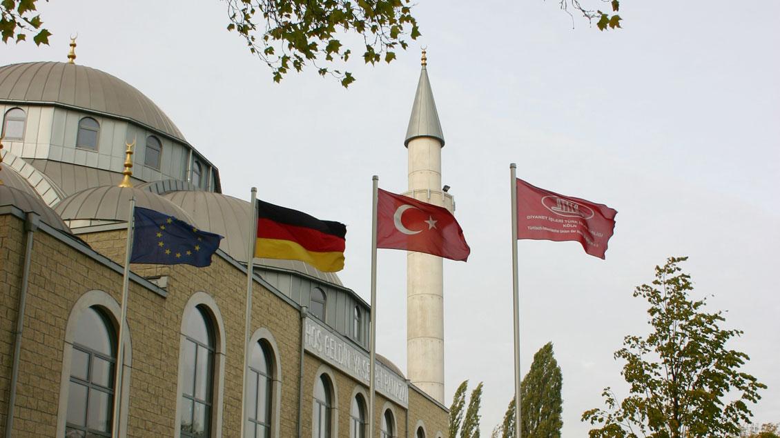 Moschee in Duisburg-Marxloh – rechts die Flagge der Ditib.