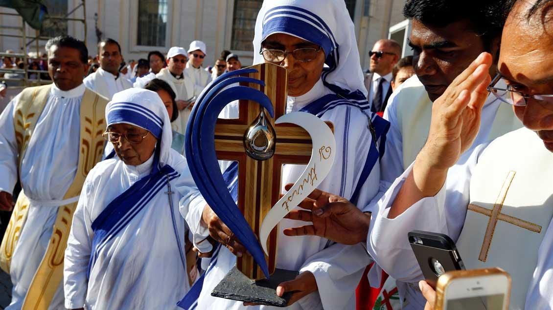 """Eine Schwester der """"Missionare der Barmherzigkeit"""" trägt ein Reliquie Mutter Teresas."""