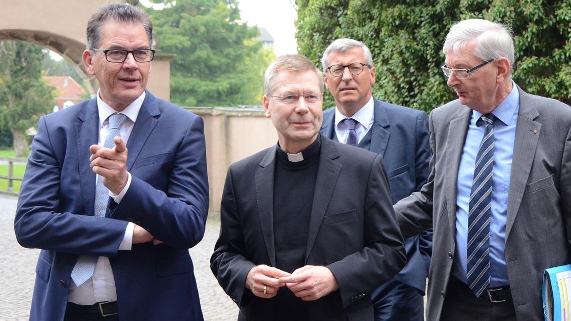 Bundesentwicklungsminister Gerd Müller und Weihbischof Stefan Zekorn.