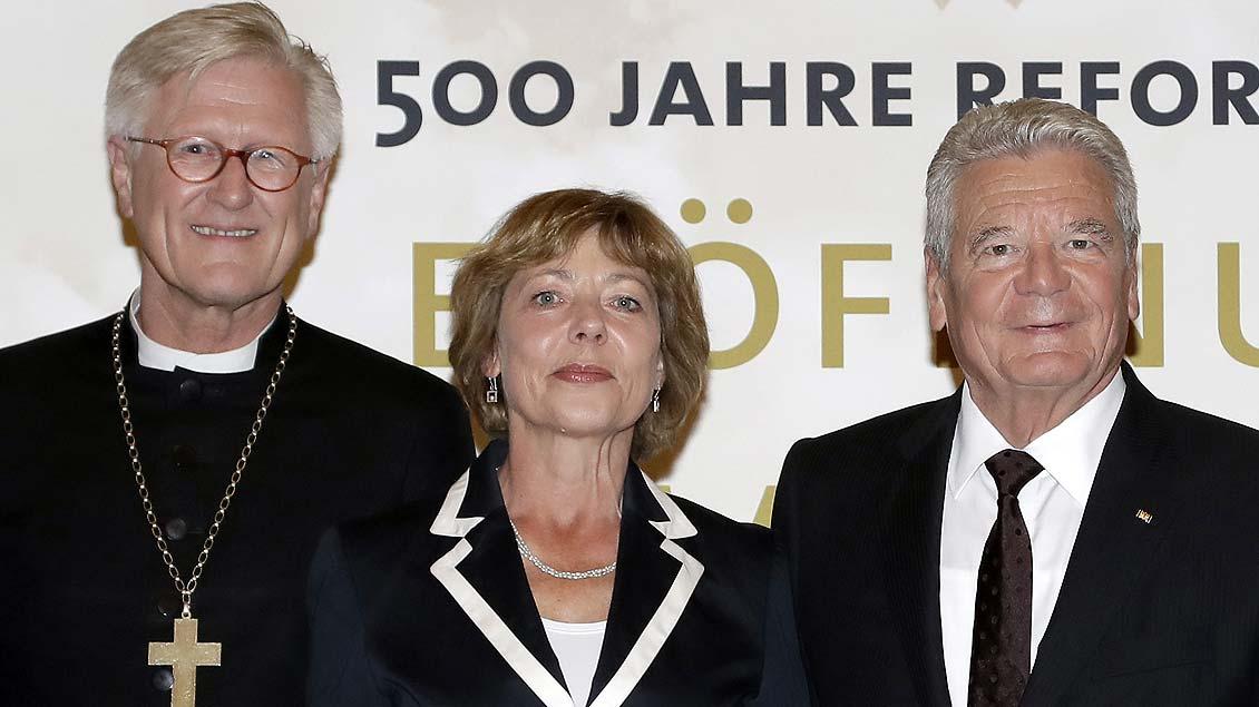 EKD-Vorsitzender Heinrich Bedford-Strohm, Daniela Schadt, Lebensgefährtin des Bundespräsidenten, und Bundespräsident Joachim Gauck.
