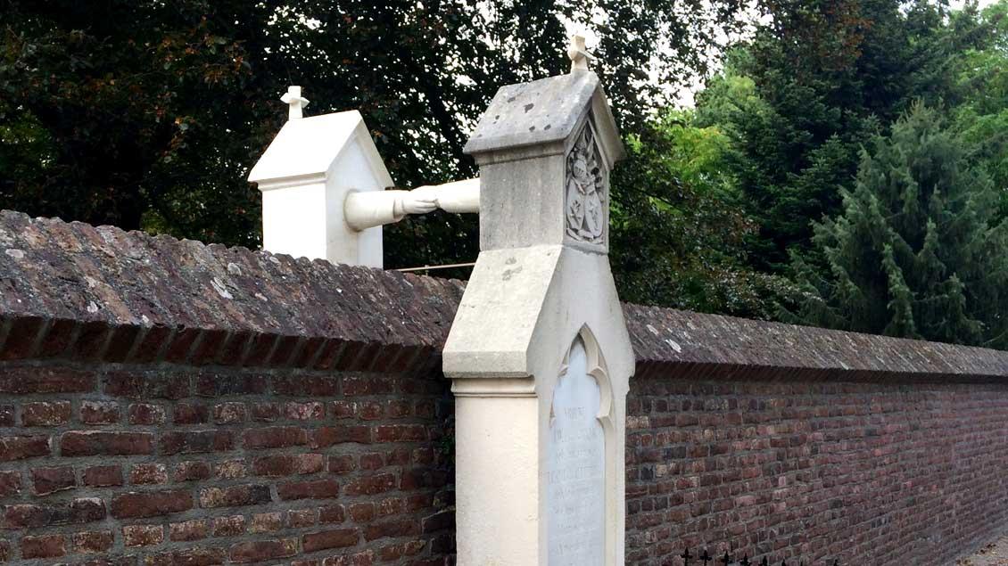 Grabmal aus dem späten 19. Jahrhundert eines katholisch-evangelischen Ehepaars im niederländischen Roermond