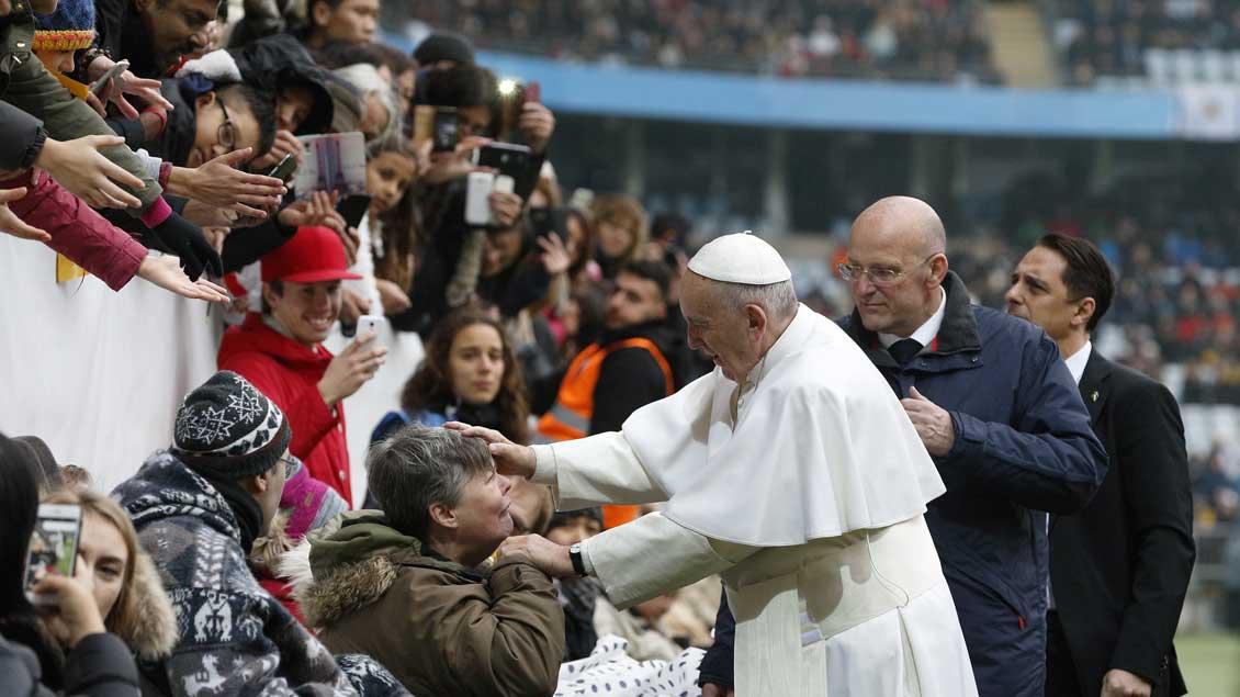 Papst Franziskus begrüßt Gläubige durch Abschlussmesse seines Schwedensbesuchs am 1. November im Swedbank Stadion in Malmö.