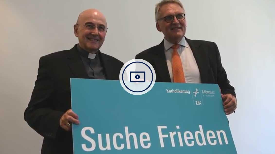 Bischof Felix Genn (li.) und ZdK-Präsident Thomas Sternberg stellen in Münster das Motto für den Katholikentag 2018 vor.