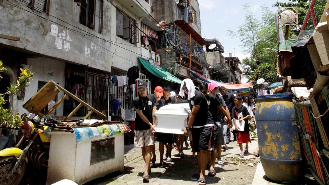 """Sarg mit einem Opfer des """"Drogenkriegs"""" von Präsident Rodrigo Duterte auf den Philippinen."""