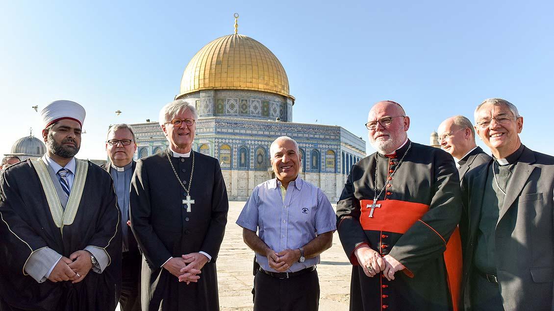 Scheich Omar Awadallah Kiswani begegnet unter anderem den Bischöfen Franz-Josef Bode, Heinrich Bedford-Strohm (von links) und Reinhard Marx (rechts) vor dem Felsendom in Jerusalem.