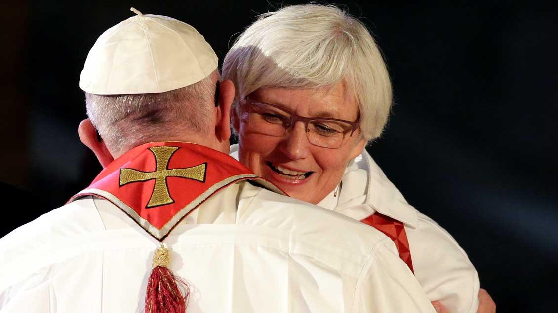 Papst Franziskus umarmt in Lund die lutherische Bischöfin von Uppsala, Antje Jackelen.