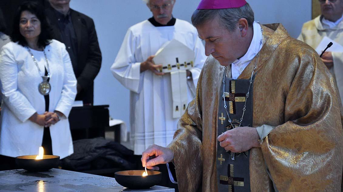 Weihbischof Wilfried Theising bei der Altarweihe in der St.-Willibrord-Kirche in Kleve-Kellen.