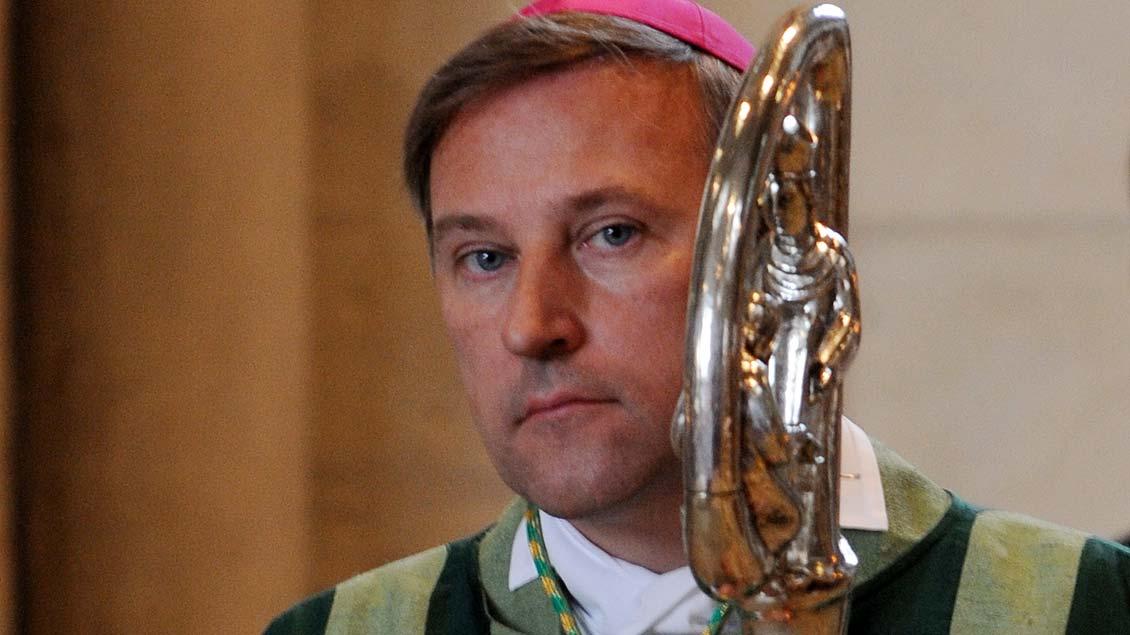 Weihbischof Windried Theising mit seinem Bischofsstab.