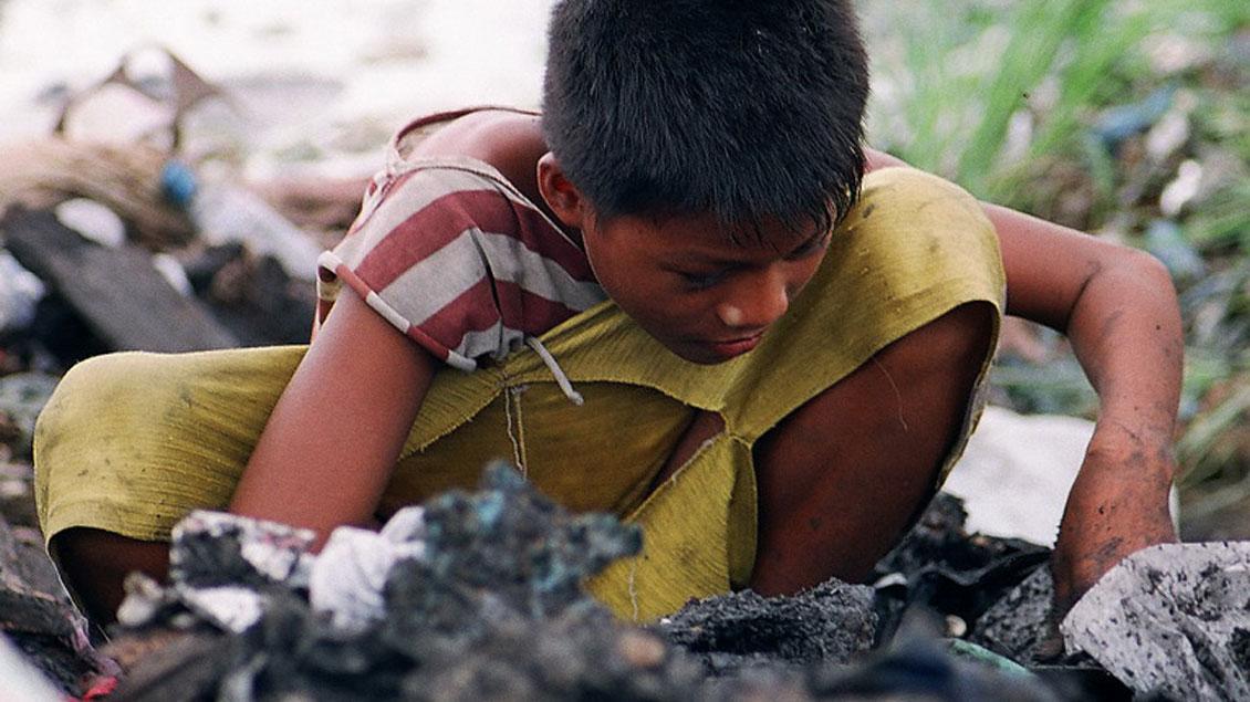 Philippinisches Kind auf einer Müllkippe.