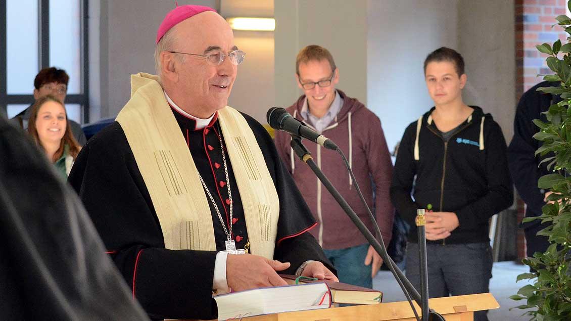 Bischof Genn segnet die Räume im Haus der Verbände