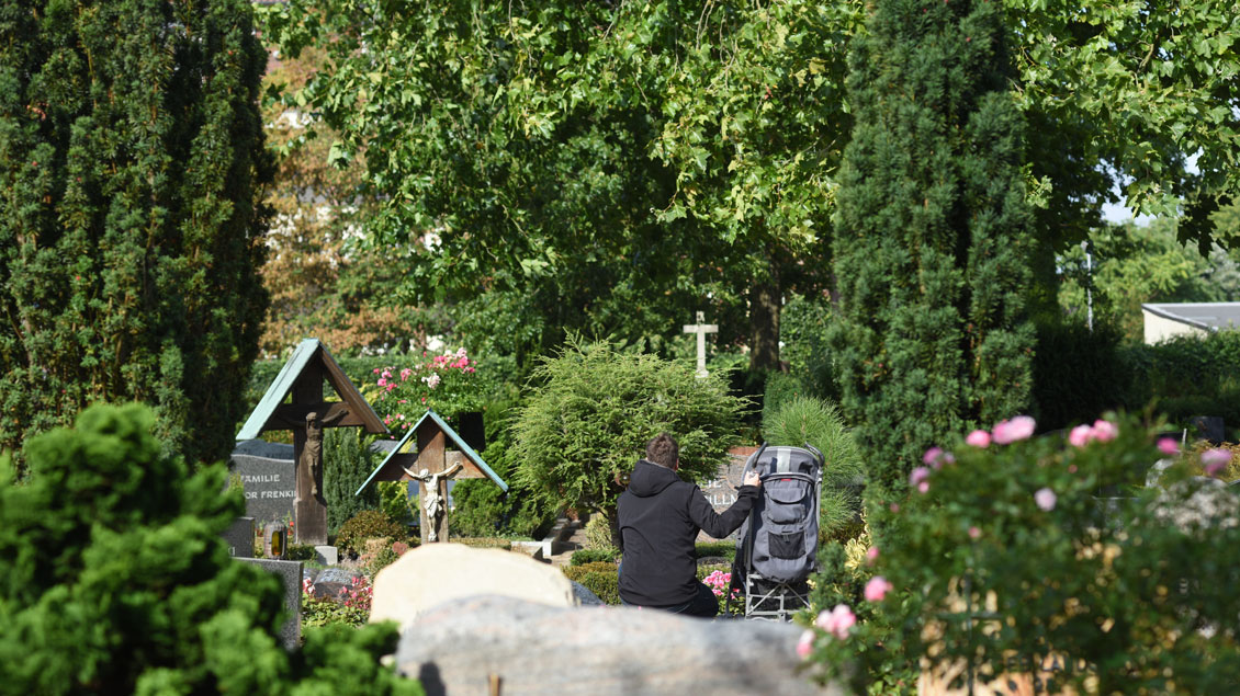 Auf dem Friedhof.
