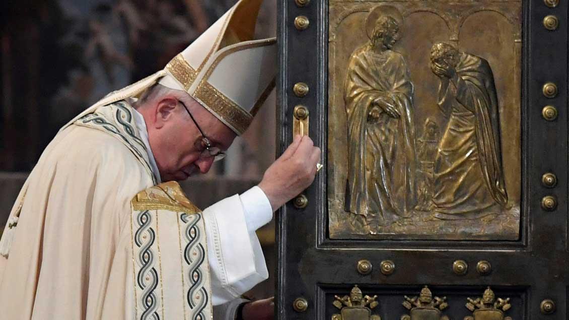 Papst Franziskus schloss am Sonntag die Heilige Pforte im Petersdom.