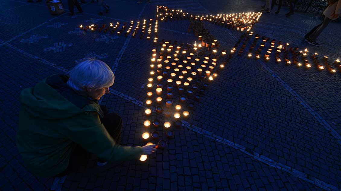 """Im vergangenen Jahr bildeten die Teilnehmer der """"Eine Million Sterne""""-Aktion einen leuchtenden Stern auf dem Lamberti-Kirchplatz in Münster."""