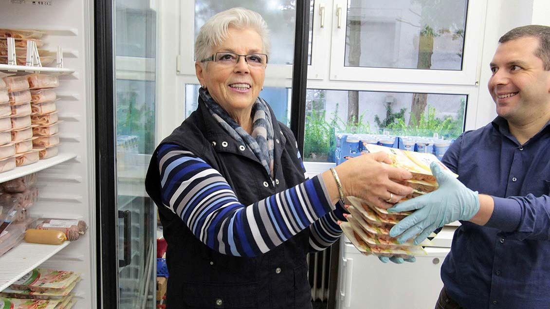 Margarete Nicht (links) sorgt dafür, dass die Kühlkette bei den Waren nicht unterbrochen wird, die andere ehrenamtliche Helfer bei den Geschäften einsammeln und in den Caritas-Laden bringen.