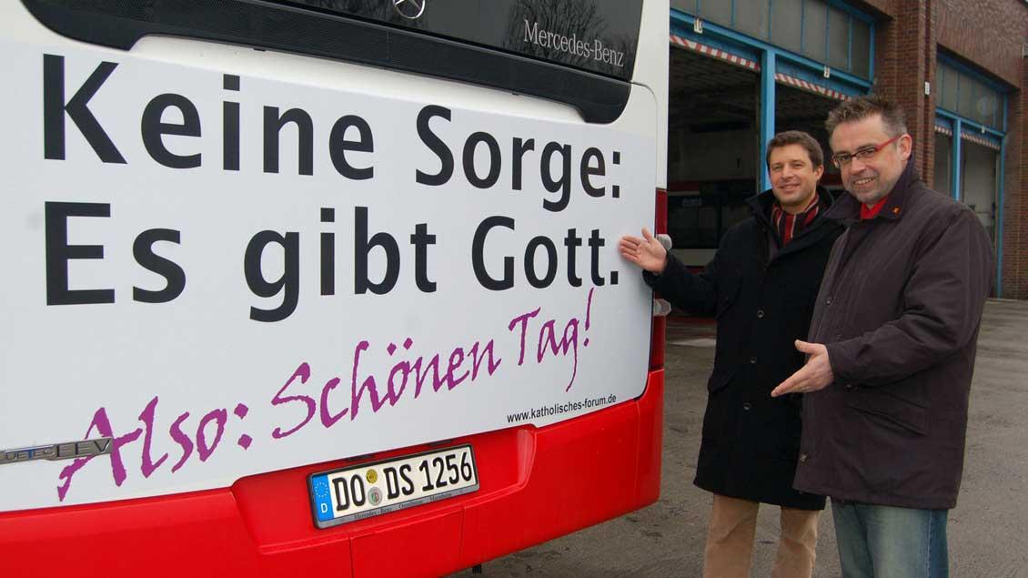 Öffentliches Glaubenszeugnis am Linienbus: Aktion des Katholischen Forums Dortmund (2009).