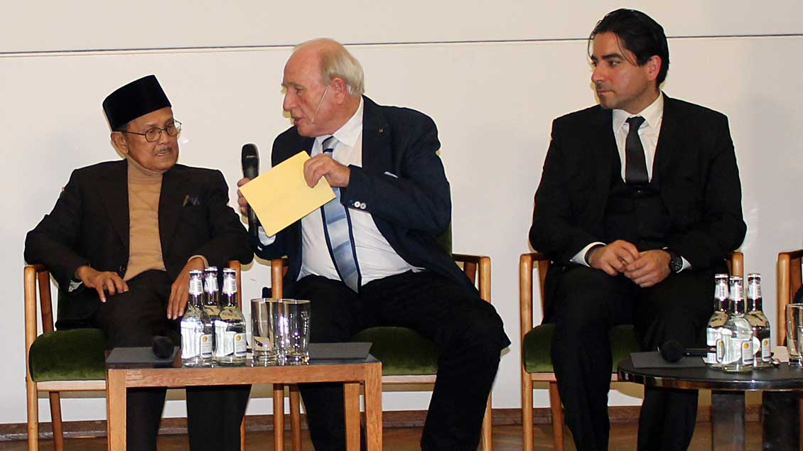 (v.l.) Bacharuddin Jusuf Habibie, Eitel Riefenstahl (Moderator), Mouhanad Khorchide.