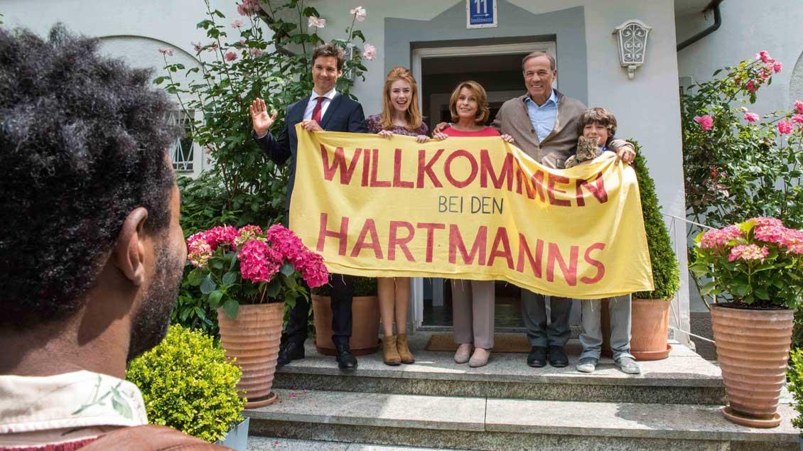 Familie Hartmann empfängt Asylbewerber Diallo in ihrer noblen Villa.