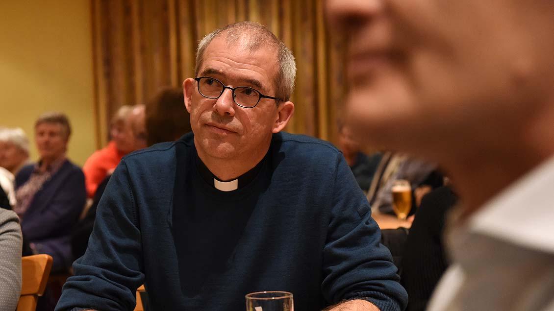 Pfarrer Michael Kenkel bei einer öffentlichen Diskussionsveranstaltung am Dienstag in Raesfeld.
