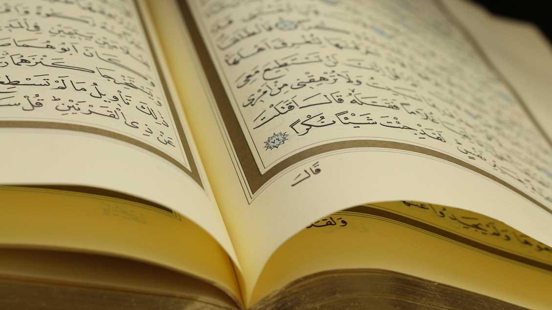 Ein aufgeschlagener Koran.