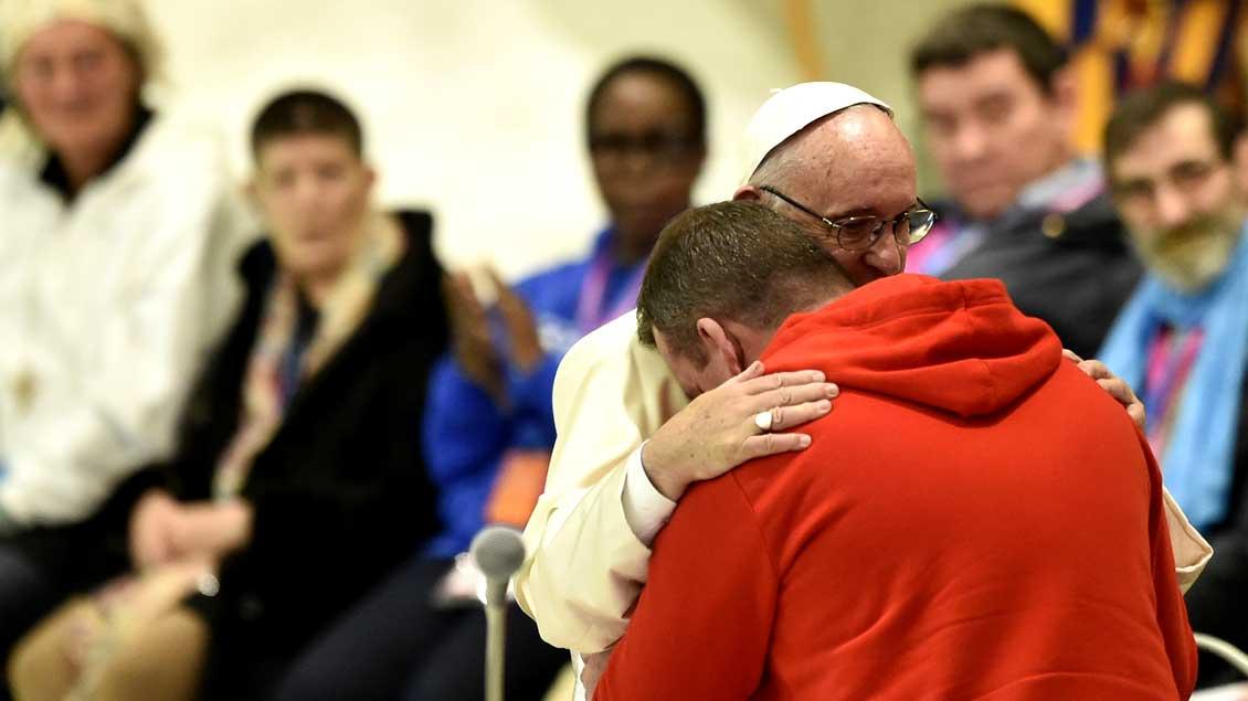 Papst Franziskus umarmt einen jungen Mann während einer Audienz für rund 4.000 Obdachlose in der Audienzhalle des Vatikans.