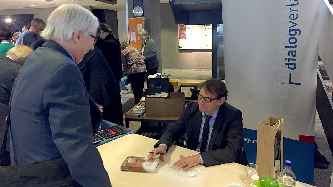 Papst-Biograf Andreas Englisch signierte zahlreiche seiner Bücher.