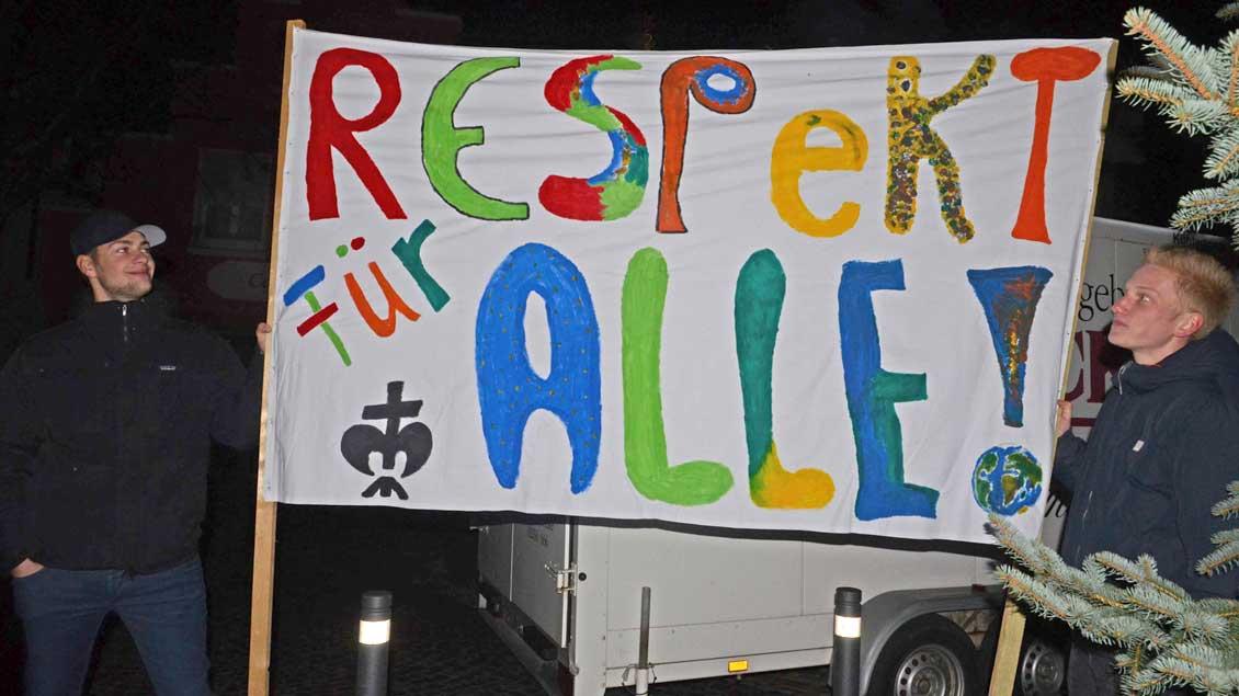 """Mit einem Transparent machten die Pfadfinder in Burgsteinfurt ihre Meinung deutlich: """"Respekt für alle!"""""""