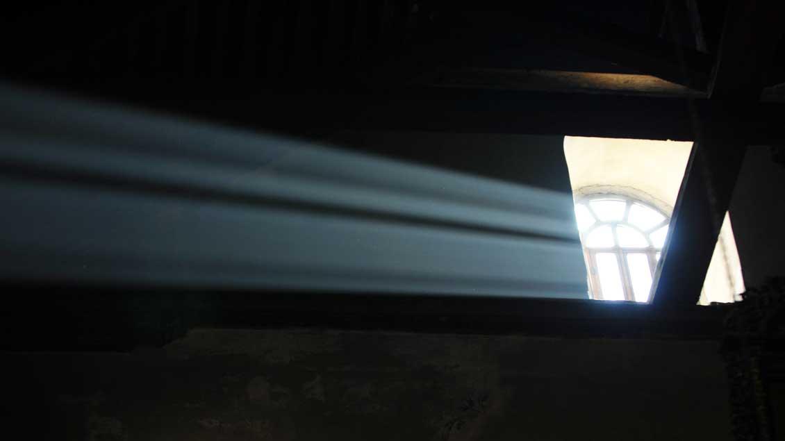 Ein Sonnenstrahl schießt durchs Fenster in den dunklen Raum. Aufgenommen in der Geburtskirche in Betlehem.