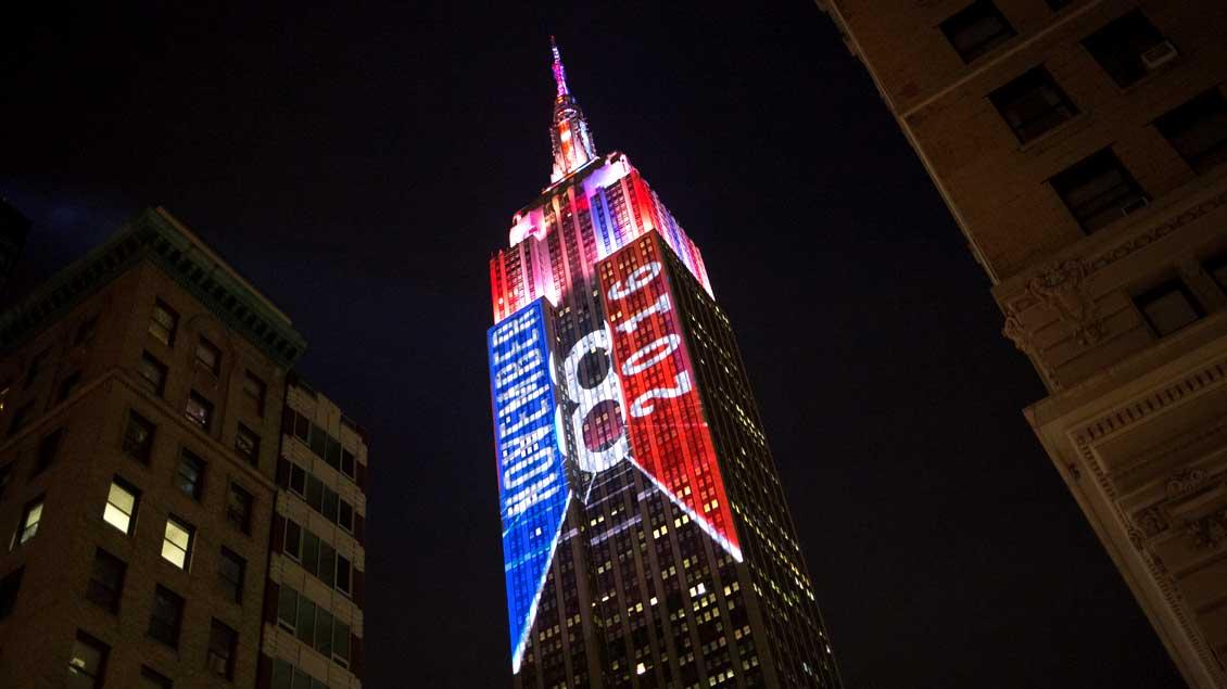 Das Empire-State-Building in New York erstrahlt am Abend der US-Präsidentenwahl in den Farben der Demokraten und der Republikaner.