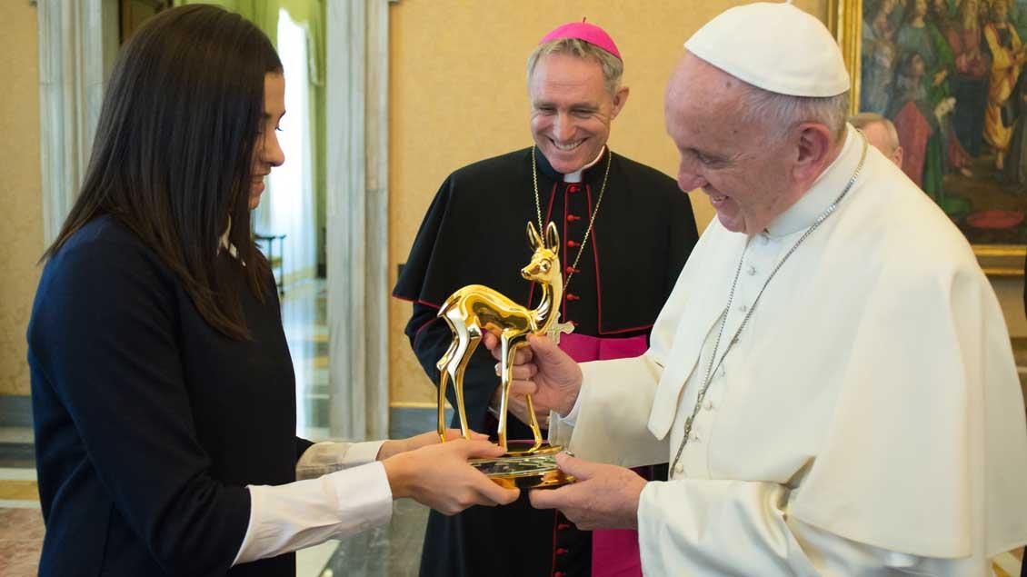 """Yusra Mardini überreicht Papst Franziskus das """"Bambi""""."""