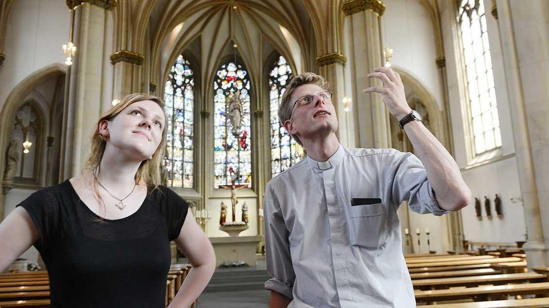 Valerie Schönian und Kaplan Franziskus von Boeselager in der St.-Pantaleon-Kirche in Münster-Roxel.