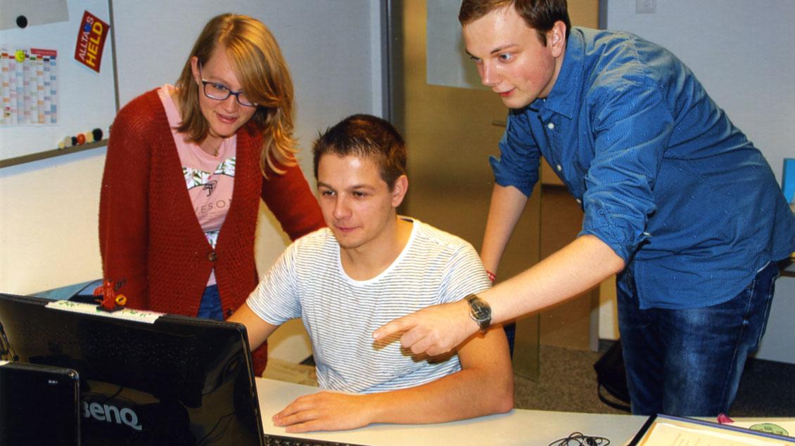 Üben und Ausprobieren am Computer: Thiemo Koop (Mitte) plant mit Freunden die Skype-Frühschichten.