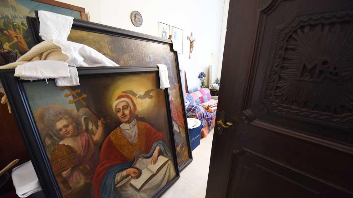 Abstellkammer voll mit Kunst in der Pfarrgemeinde Christus König in Borken-Gemen. | Foto: Michael Bönte