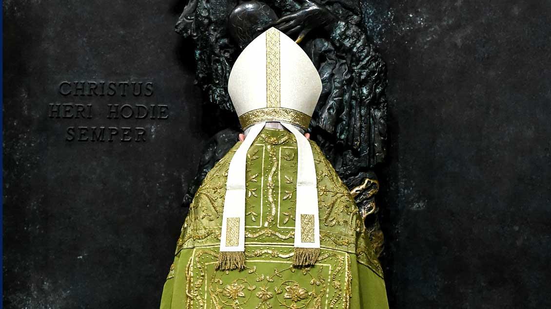 Kardinal Santos Abril y Castello schließt die Heilige Pforte der Basilika Santa Maria Maggiore.