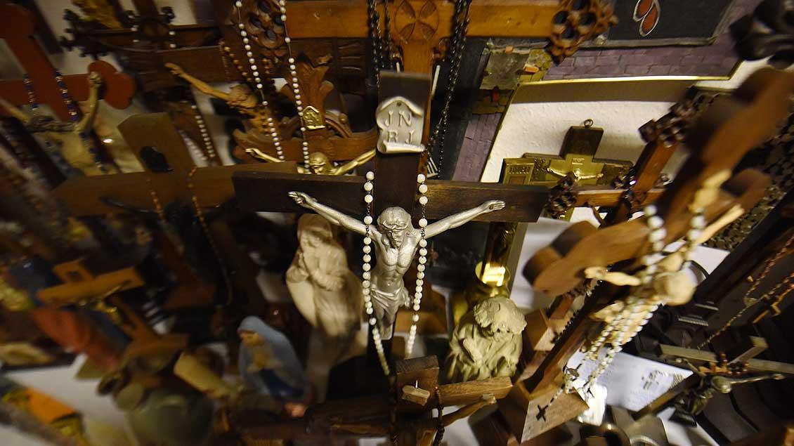 Kreuz an Kreuz - eng stehen die sakralen Gegenstände in einer Kammer der St.-Josef-Gemeinde in Münster Kinderhaus. | Foto: Michael Bönte