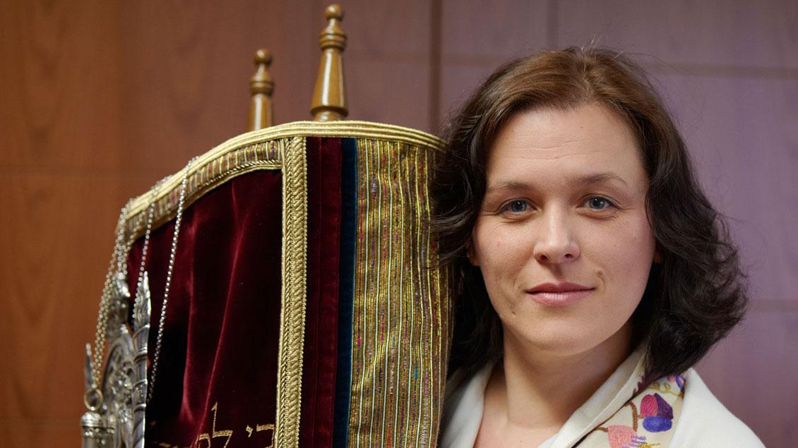 Rabbinerin Natalia Verzhbovska mit der Thorarolle.