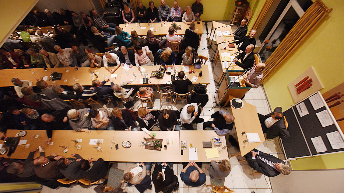 Großes Interesse, vollbesetzter Saal: Fragestunde der St.-Martin-Gemeinde in Raesfeld.