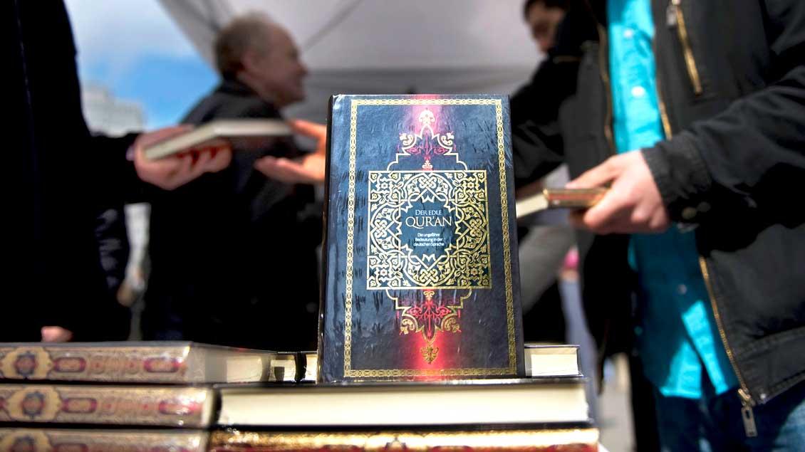 """Radikal-islamische Salafisten verteilen in Berlin Koran-Übersetzungen. MIt solchen Aktionen warb auch das Netzwerk """"Die wahre Religion"""", die Bundesinnenminister Thomas de Maizière am 15. November verboten hat."""