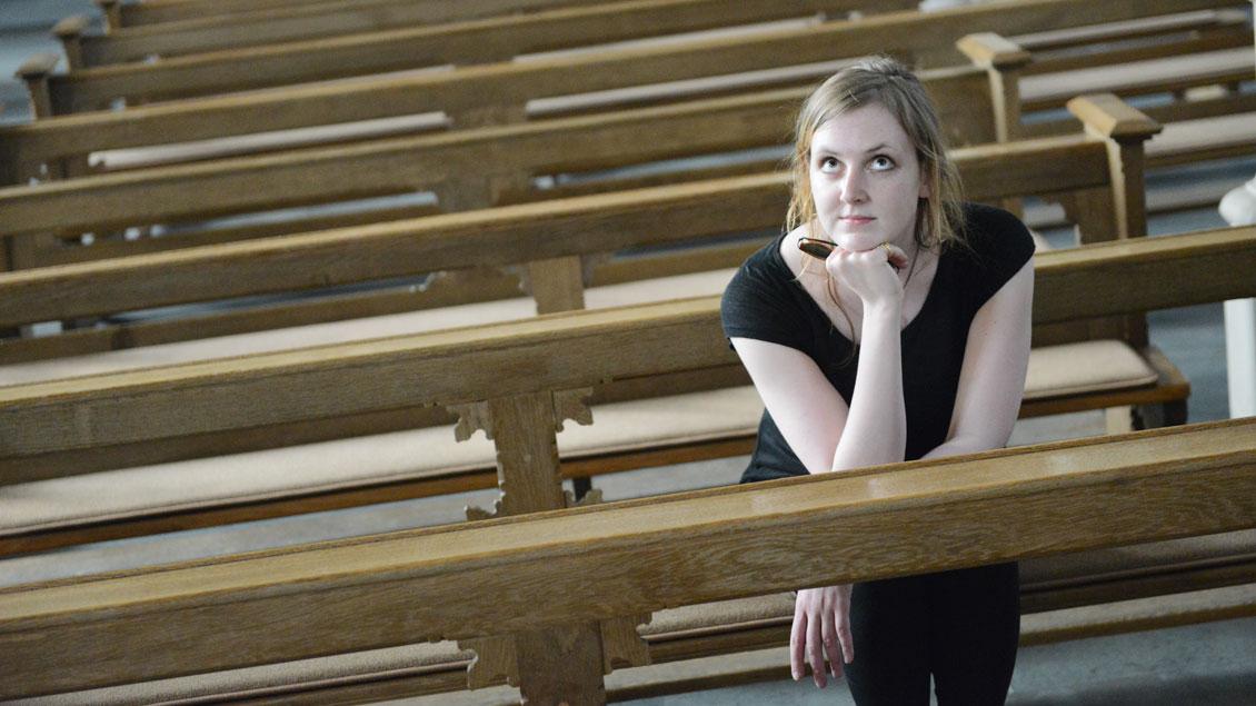 Vorübergehend in einer unbekannten Umgebung: Journalistin Valerie Schönian in der St.-Pantaleon-Kirche in Münster-Roxel.