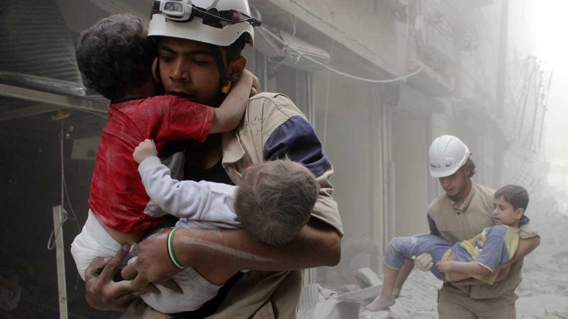 Weißhelme retten Kinder aus den Trümmern in Aleppo.
