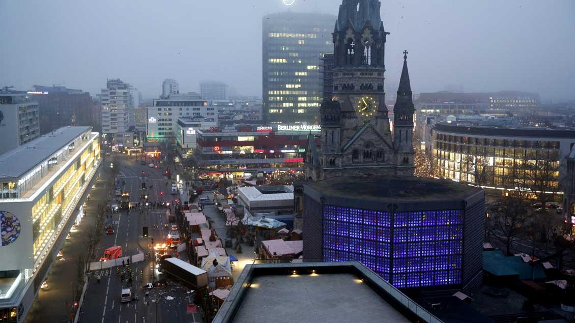 Blick auf den Breitscheidplatz und die Berliner Gedächtniskirche am Morgen nach dem mutmaßlichen Anschlag auf einen Weihnachtsmarkt.