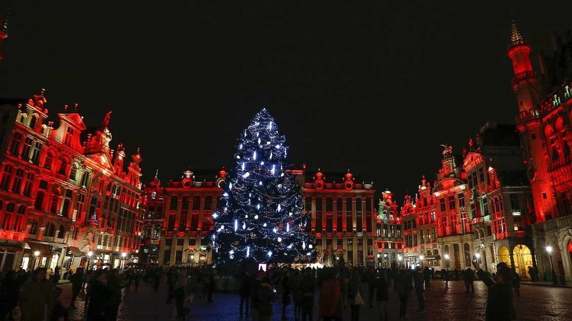 """Typisch Brüssel: die """"Grand Place"""" während einer Lichtshow zum """"Winterwunder""""-Festival mit einem Weihnachtsmarkt und anderen Events in der belgischen Hauptstadt."""