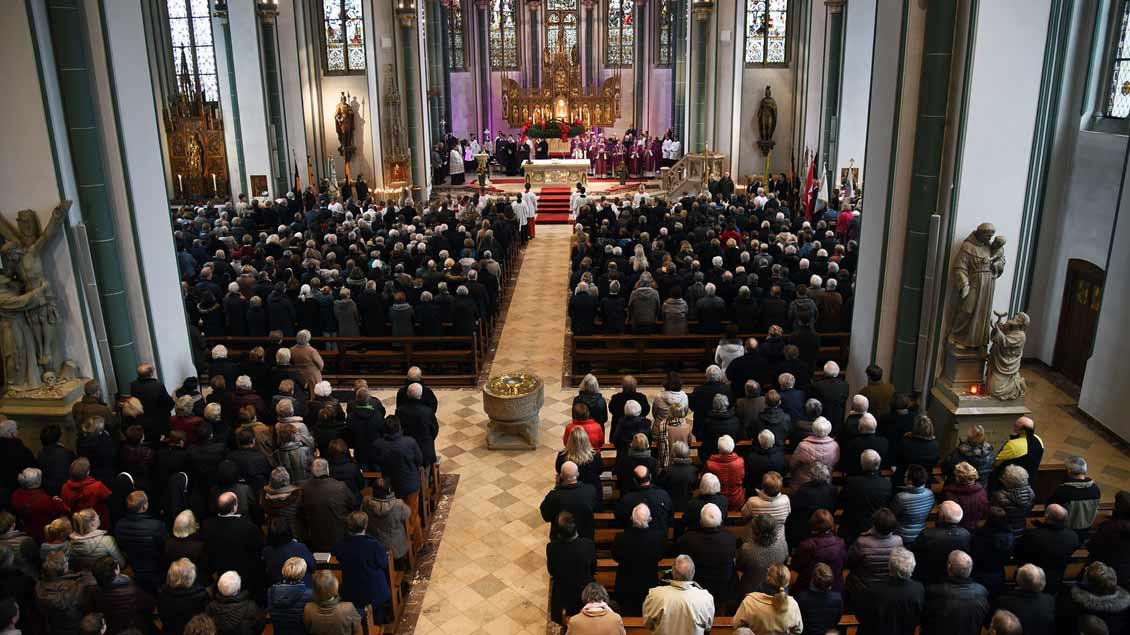 Die St.-Viktor-Kirche war zum Abschied der Benediktiner bis auf den letzten Platz besetzt.