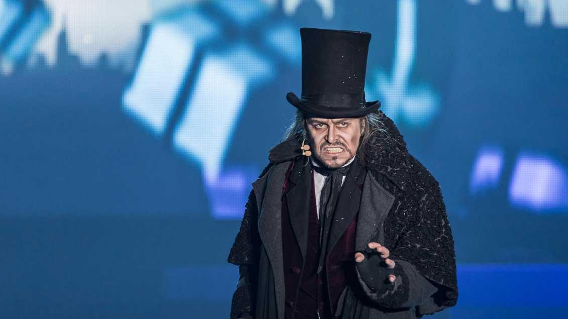 """Nigel Casey als weihnachtshassender Ebenezer Scrooge im Dickens-Musical """"Vom Geist der Weihnacht""""."""