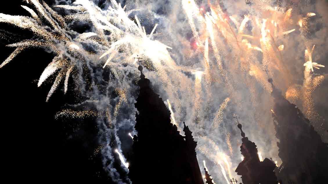 Feuerwerk über der Kathedrale von Santiago de Compostela.