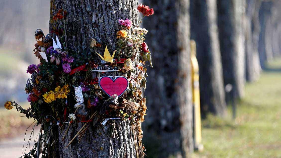 Blumen und andere Trauerbekundungen nahe der Stelle, an der die 19-jährige Studentin Maria L. am 15. Oktober in Freiburg getötet wurde.