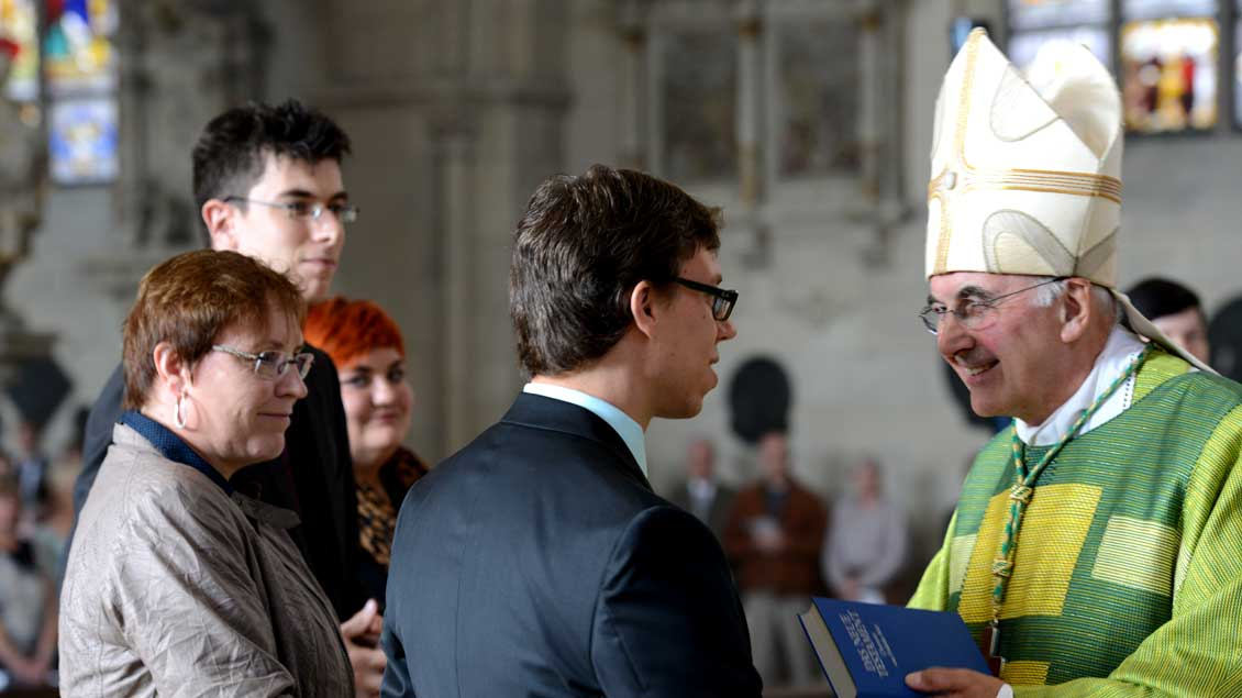 Bischof Felix Genn bei einer Beauftragungsfeier für Pastoralreferenten im münsterschen St.-Paulus-Dom.