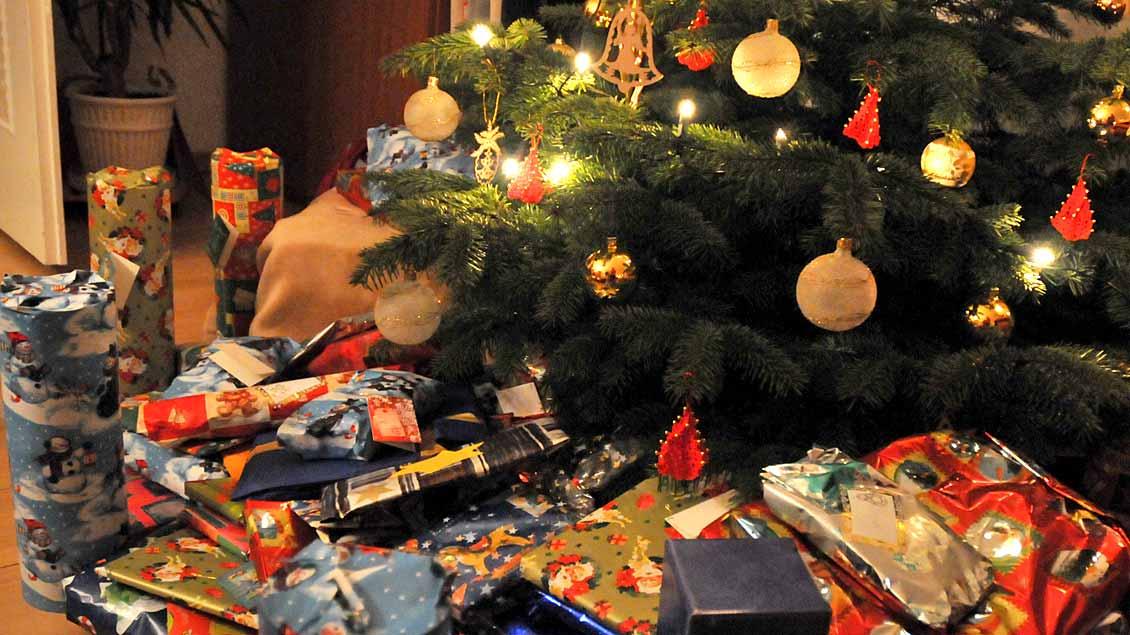 Viele Geschenke unterm Weihnachtsbaum.