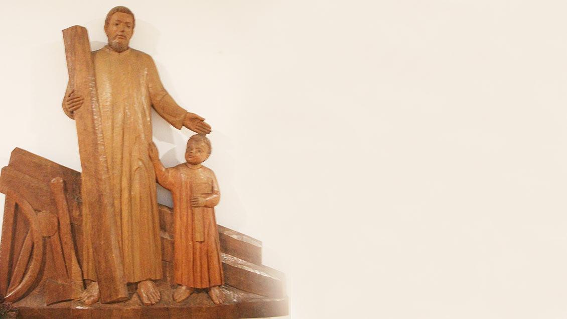 Holzdarstellung des heiligen Josef mit Jesusknaben.