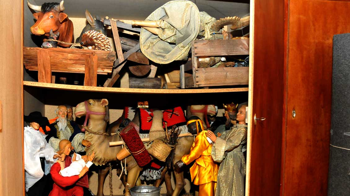 Alle Jahre wieder: Krippfenfiguren warten in einem Schrank auf ihren Einsatz.